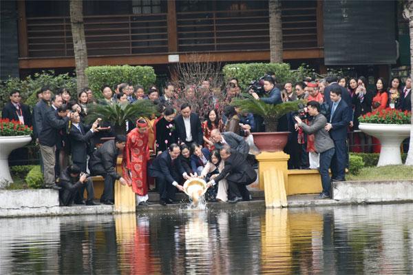 Chủ tịch nước Trần Đại Quang cùng kiều bào thực hiện nghi thức thả cá chép tiễn ông Công, ông Táo