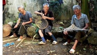 Độc đáo nghề đan nón lá của dân tộc Nùng