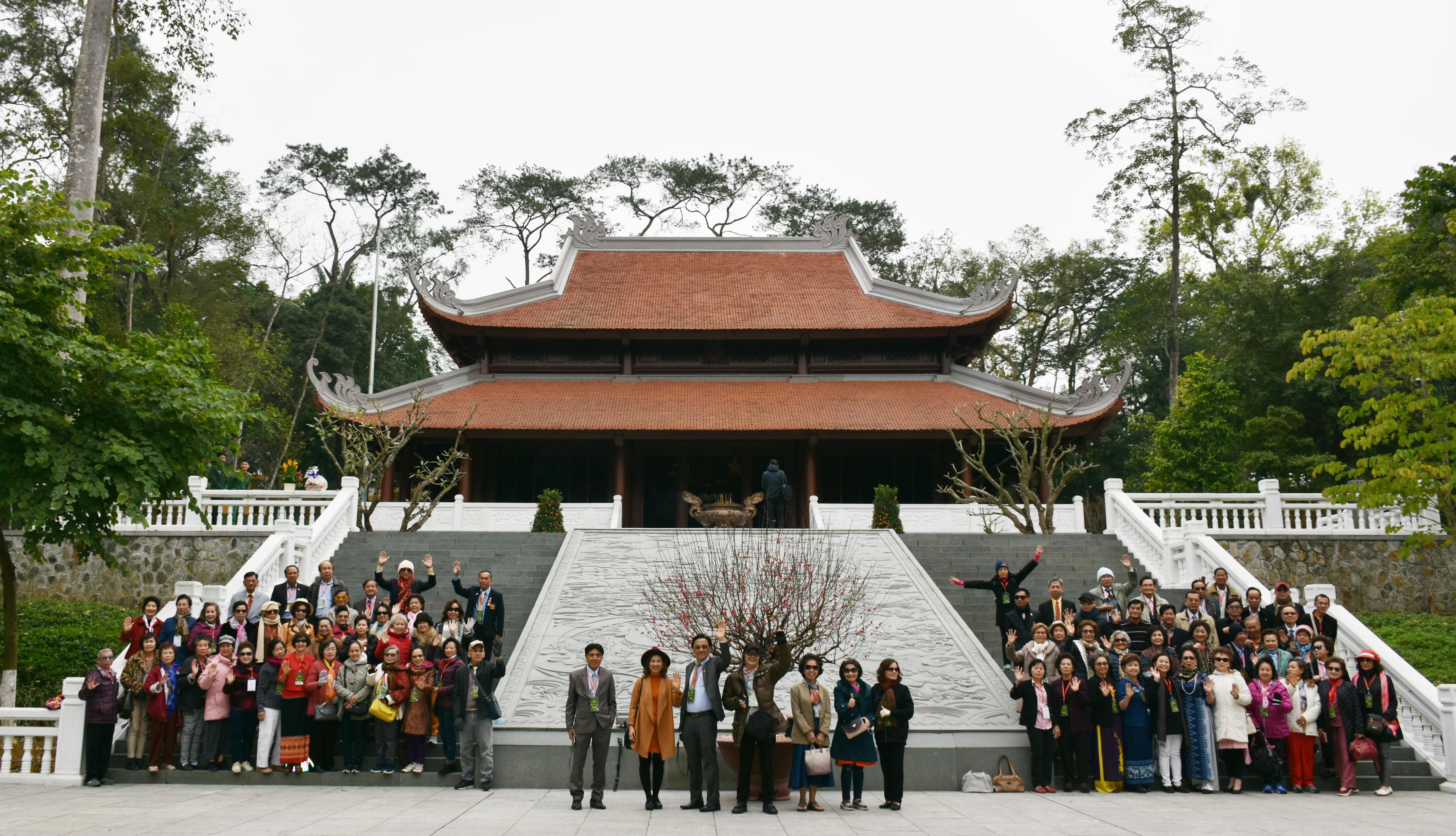 Đoàn cựu giáo viên kiều bào tại Thái Lan thăm khu di tích Đá Chông