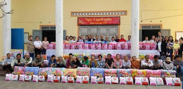 Tổng Lãnh sự quán VN tại Sa-vẳn-na-khệt và Hội người Việt Nam tỉnh cùng các nhà hảo tâm chia sẻ cùng những gia đình có hoàn cảnh khó khăn
