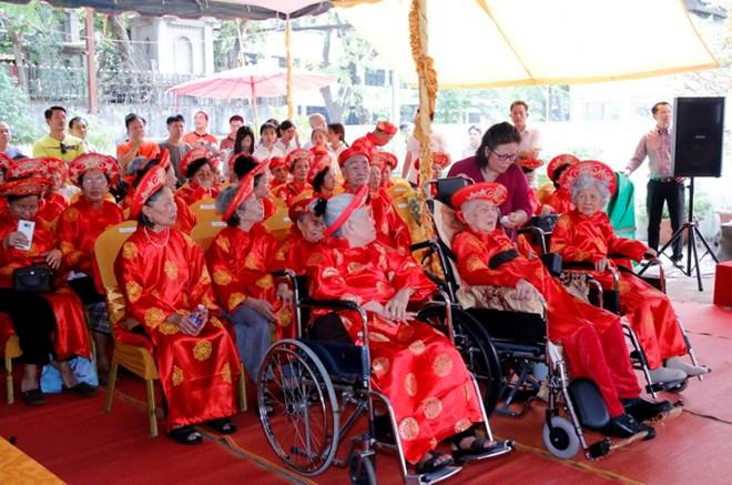Ấm áp lễ mừng thọ đầu tiên cho kiều bào cao tuổi tại Lào