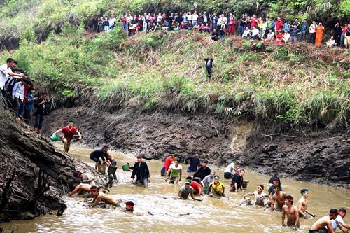 Lễ hội bắt cá của dân tộc Dao ở Quản Bạ
