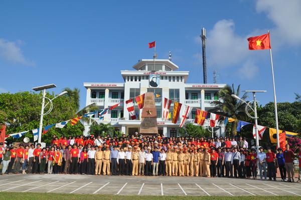 Đoàn kiều bào thăm Trường Sa: Tặng quà quân và dân trên đảo Song Tử Tây và Đá Nam