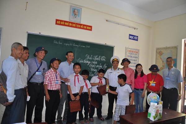 Đoàn kiều bào thăm Trường Sa: Đến với đảo Đá Thị và Sơn Ca