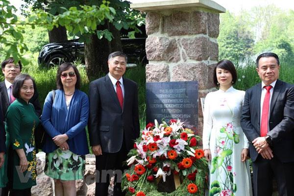 Nhân viên Đại sứ quán tại Đức thăm Khu tưởng niệm Chủ tịch Hồ Chí Minh