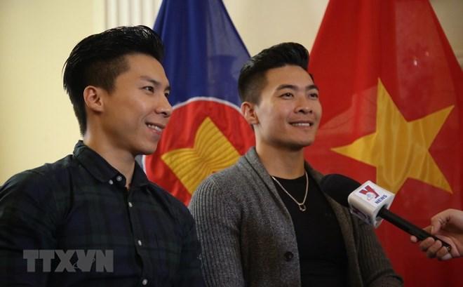 Tặng bằng khen cho cặp nghệ sỹ xiếc Quốc Cơ-Quốc Nghiệp