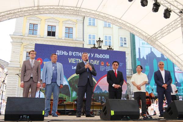 """Đại sứ quán Việt Nam tại Ucraina tổ chức """"Ngày Việt Nam"""" tại thành phố Lviv – Ucraina"""
