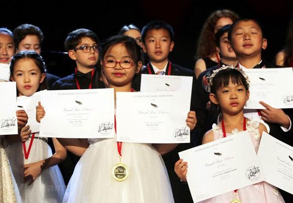 Bé gái Việt 7 tuổi giành giải nhất cuộc thi piano quốc tế ở New York