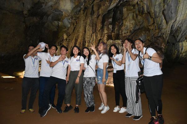Tin ảnh: Thanh niên sinh viên kiều bào khám phá vẻ đẹp động Phong Nha