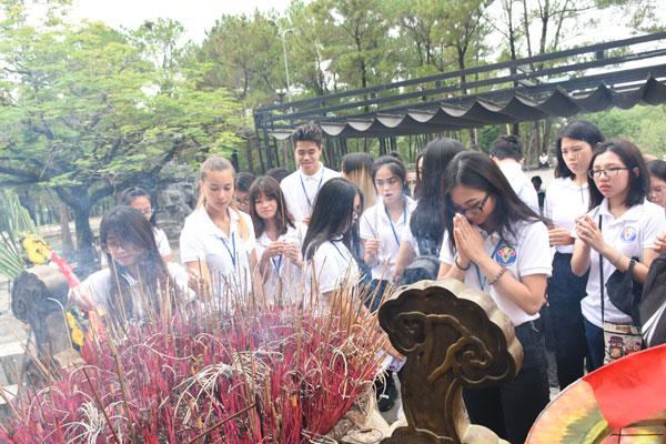 Trại hè Việt Nam 2018: Viếng Nghĩa trang Trường Sơn và thăm địa đạo Vịnh Mốc