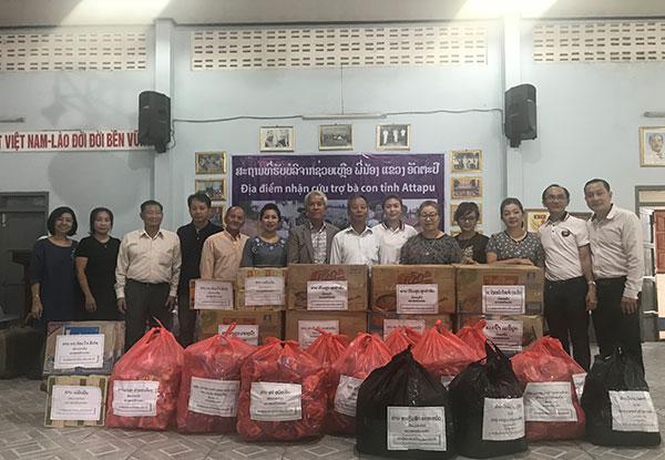 Người Việt tại Trung Lào ủng hộ nhân dân Lào bị thiệt hại do sự cố vỡ đập