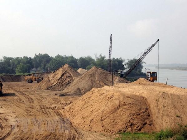 Phê bình hai Chủ tịch UBND huyện vì để khai thác cát kéo dài