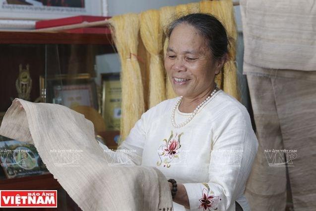 Những tấm lụa làm từ tơ sen độc đáo của nghệ nhân Phan Thị Thuận