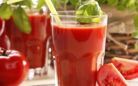 Loại bỏ quầng thâm dưới mắt đơn giản với cà chua