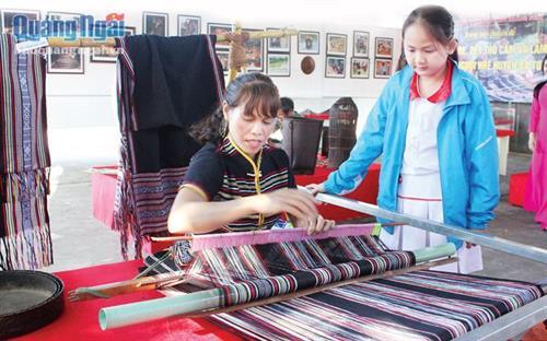 Nỗ lực bảo tồn nghề dệt thổ cẩm làng Teng, Quảng Ngãi