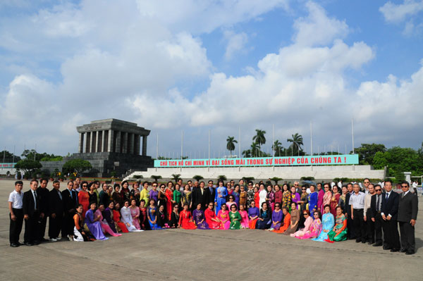 Tin ảnh: Đoàn cựu giáo viên kiều bào tại Thái Lan vào Lăng viếng Bác