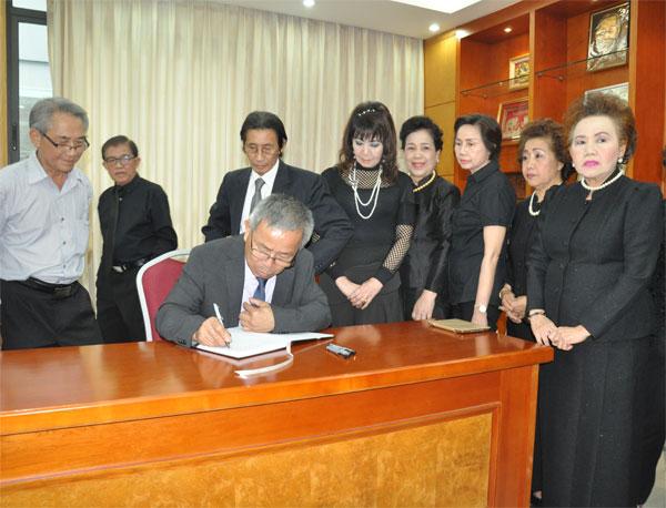 Đoàn kiều bào viếng Chủ tịch nước Trần Đại Quang