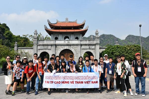 Đoàn học sinh con em kiều bào Đài Loan về quê hương: Thăm Cố đô Hoa Lư