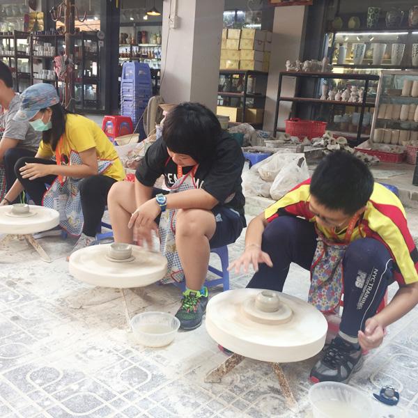 Đoàn học sinh con em kiều bào tại Đài Loan thăm Làng cổ Bát Tràng