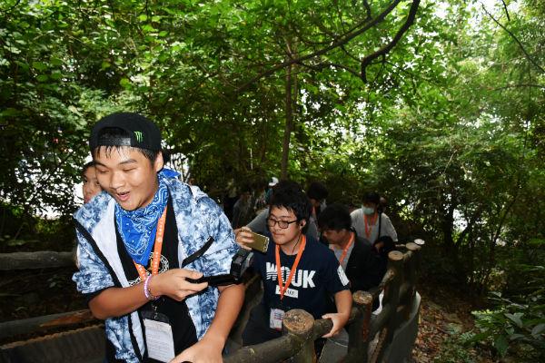 Đoàn học sinh kiều bào tại Đài Loan thăm Vịnh Hạ Long
