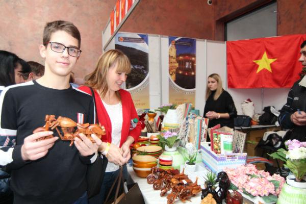 Đại sứ quán Việt Nam tại Ucraina tham gia Hội chợ từ thiện lần thứ 26 tại Kiev