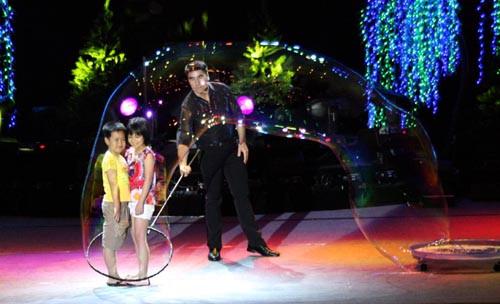 Nghệ sĩ bong bóng nổi tiếng thế giới Fan Yang trở lại Việt Nam biểu diễn