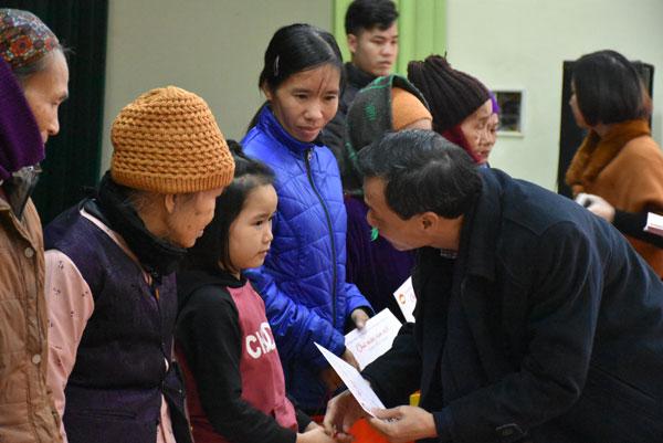 Ủy ban Nhà nước về người Việt Nam ở nước ngoài thăm và tặng quà hộ nghèo tỉnh Thái Nguyên