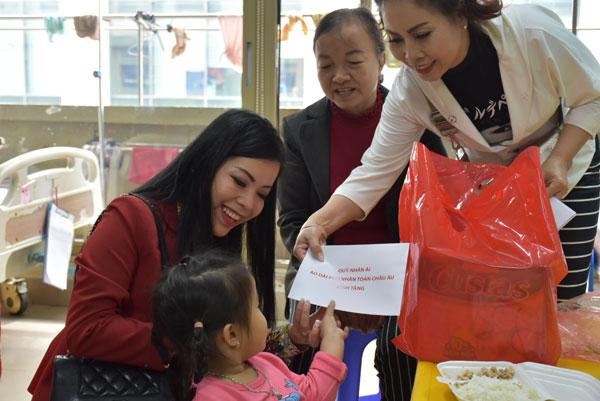 Những Đại sứ Nhân ái mang tấm lòng từ châu Âu về với các em nhỏ