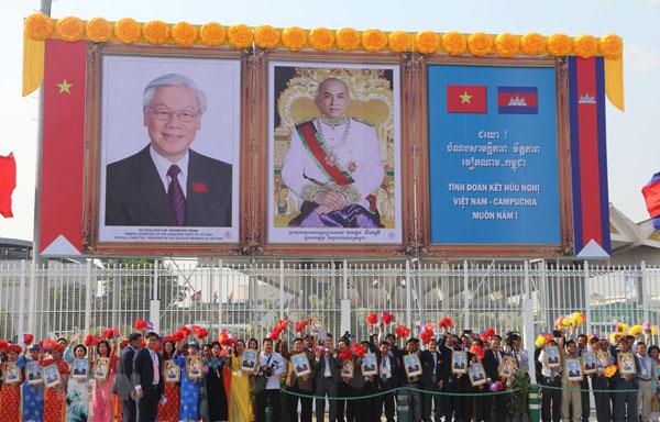 Tổng Bí thư, Chủ tịch nước thăm hỏi bà con Việt kiều tại Campuchia