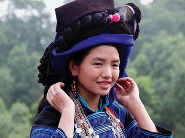 Phụ nữ Hà Nhì làm đẹp bằng mái tóc giả