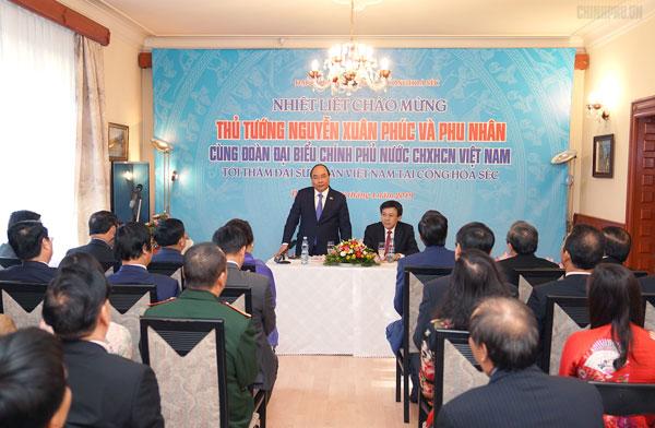 Thủ tướng thăm Đại sứ quán Việt Nam tại Czech