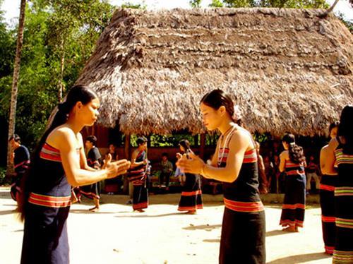 Đặc sắc những điệu múa của người Triêng