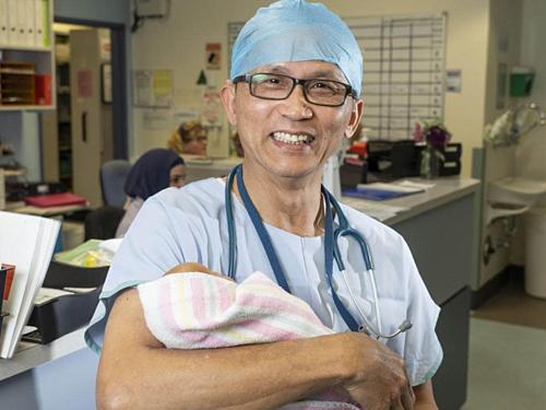 Bác sĩ sản phụ khoa gốc Việt nhận huân chương ở Australia