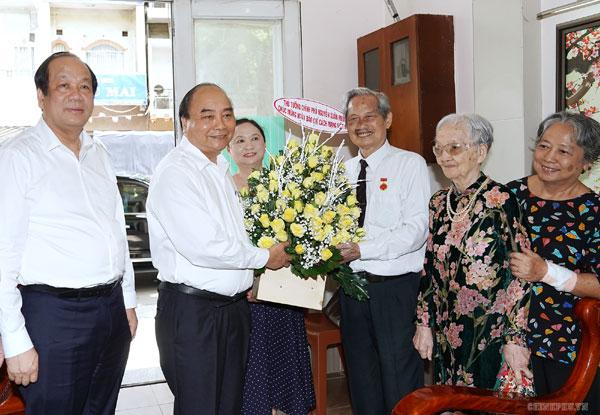 Thủ tướng thăm hỏi, chúc mừng các nhà báo lão thành