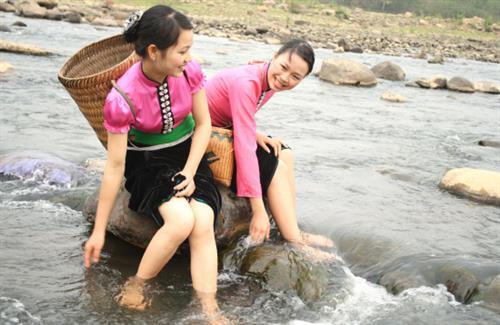 Về Mường Lò học cách làm đẹp của cô gái Thái