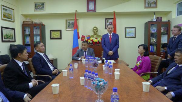 Bộ trưởng Tô Lâm thăm trường Hồ Chí Minh ở Ulan Bator