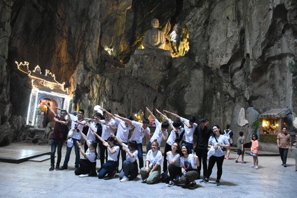 Tin ảnh: Thanh thiếu niên kiều bào thăm Ngũ Hành Sơn, làng đá Non Nước