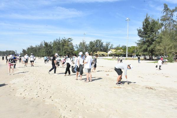 Thanh thiếu niên kiều bào làm sạch bãi biển Mỹ Khê, Quảng Ngãi