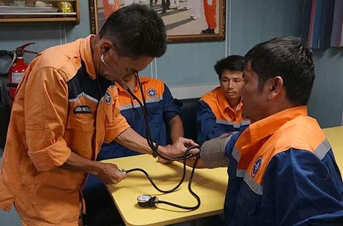 Sáu ngư dân bị chìm tàu được cứu ở vùng biển Hoàng Sa