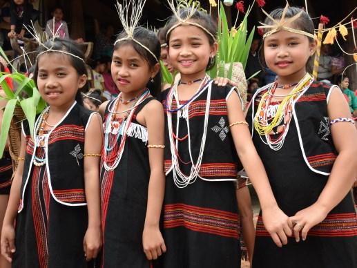 Trẻ em buôn làng và sắc phục cổ truyền