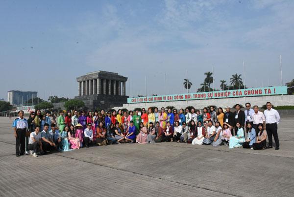 Tin ảnh: Đoàn giáo viên kiều bào viếng Lăng Bác và thăm quan Văn Miếu- Quốc Tử Giám