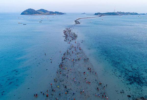 Kỳ thú con đường nổi lên giữa đại dương khi mặt nước tự chia đôi