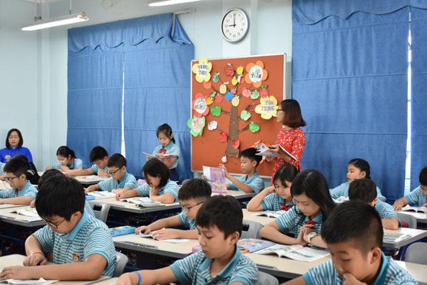 Tin ảnh: Đoàn giáo viên kiều bào trải nghiệm lớp học thực tế tại Hà Nội