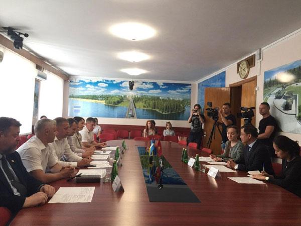 Đại sứ Nguyễn Anh Tuấn làm việc tại thành phố Kremenchuk và dự Hội chợ Sorochinsky