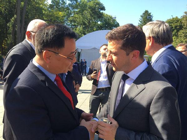 Đại sứ Nguyễn Anh Tuấn chào Tổng thống Volodymyr Zelensky nhân Quốc khánh Ucraina