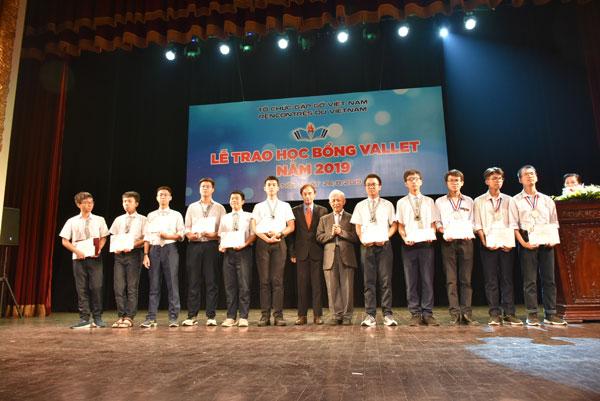 Trao hơn 500 suất học bổng Vallet cho học sinh miền Bắc