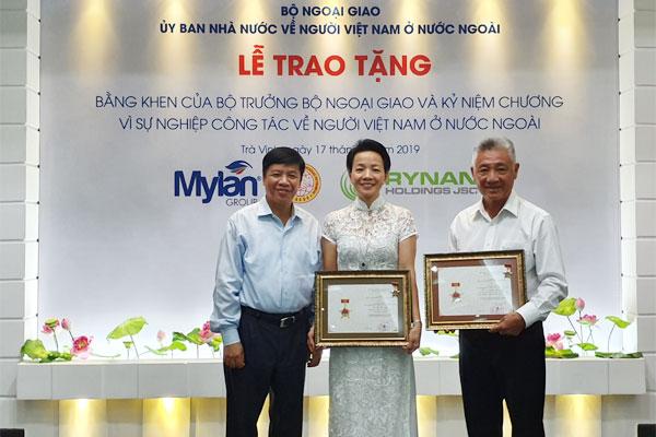 Tặng Bằng khen của Bộ trưởng Bộ Ngoại giao và Kỷ niệm chương cho Tiến sỹ Nguyễn Thanh Mỹ và phu nhân