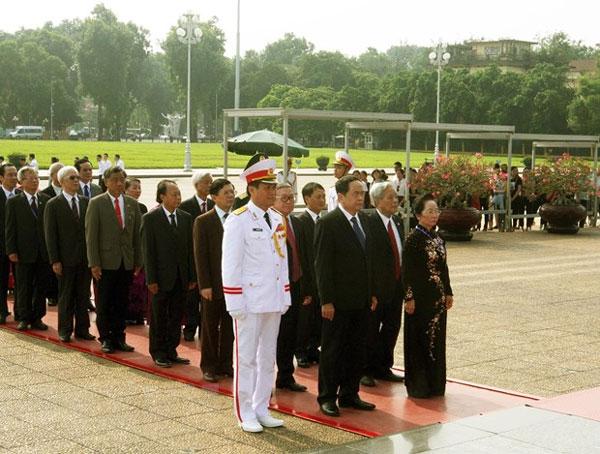 Đoàn đại biểu dự Đại hội MTTQ vào Lăng viếng Chủ tịch Hồ Chí Minh
