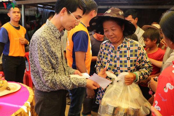 Cứu trợ bà con gốc Việt bị ảnh hưởng do lũ lụt tại Campuchia