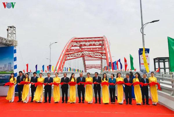 Thủ tướng cắt băng thông xe kỹ thuật cầu Hoàng Văn Thụ